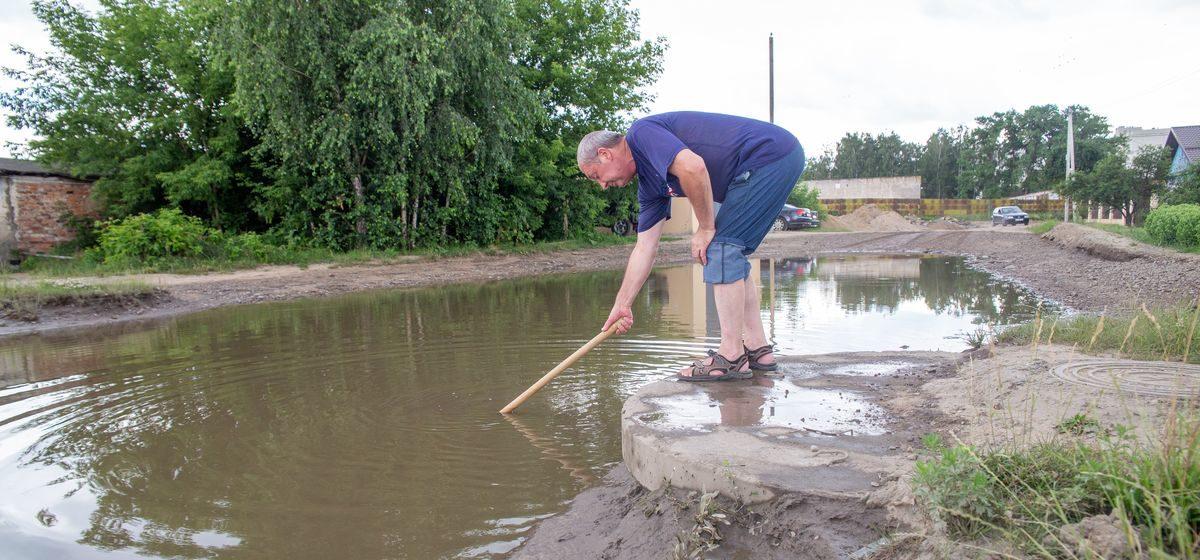 Июль 2020 года. Жители домов на улице Чапаева показали, что лужа в глубину достигает полуметра. Фото: Intex-press