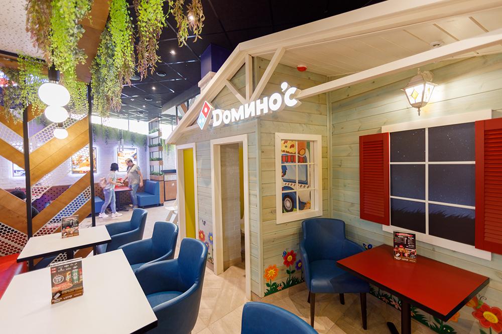 Почти в каждой пиццерии имеется настоящая детская комната, где можно порисовать карандашами и мелками, посмотреть мультики или поиграть на планшете.