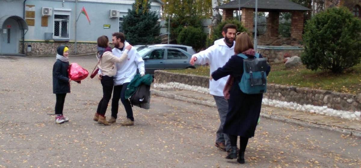 Как встречали минских журналистов, которых освободили 1 ноября из барановичского СИЗО. Видеофакт