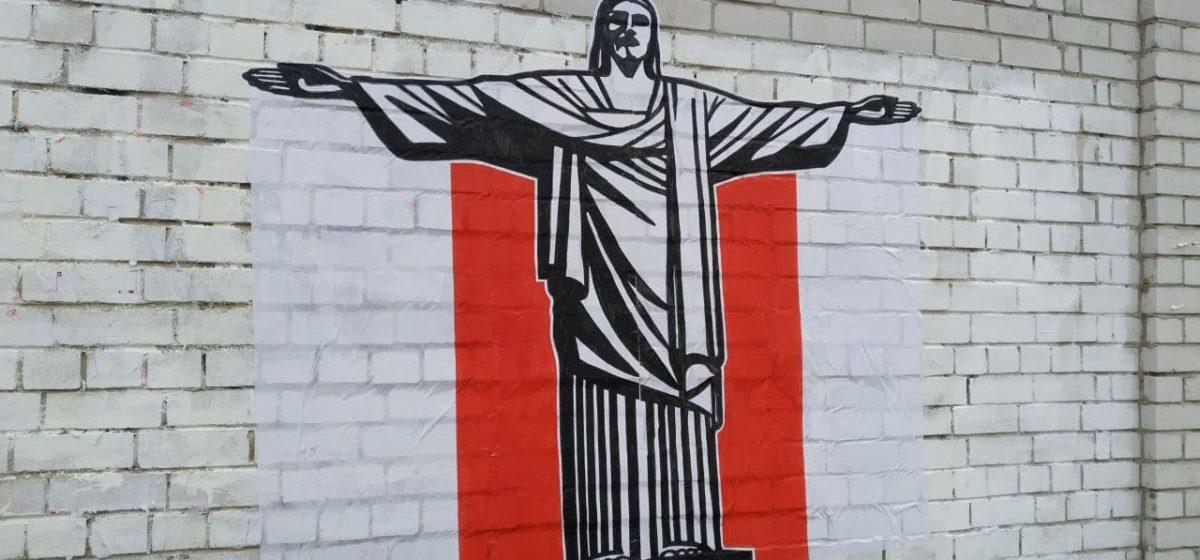 Бразильская статуя Христа-Искупителя на бело-красно-белом фоне появилась на Боровках в Барановичах. Фотофакт