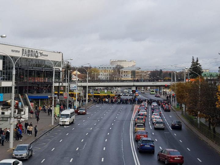 Поток людей на Немиге, 8 ноября. Фото: TUT.BY