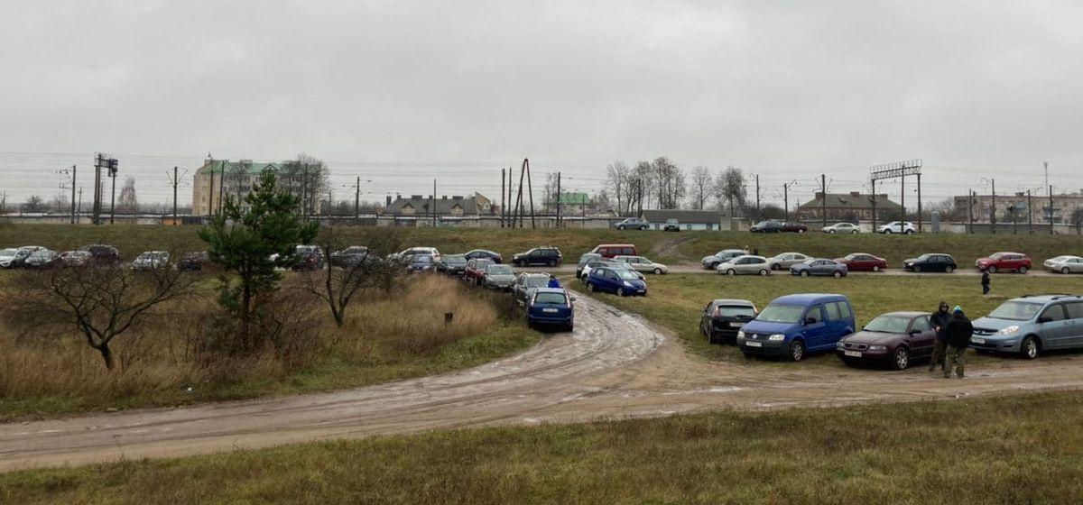 Автомобили людей, которые приехали в СИЗО №6 г. Барановичи, чтобы передать передачу задержанным во время протестов. Фото: Ирина КОМИК