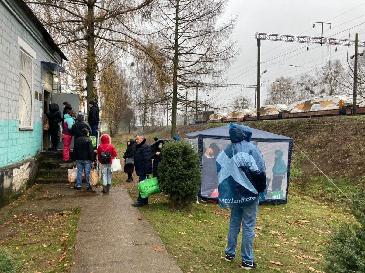 Люди стоят в очереди возле СИЗО №6 г. Барановичи, чтобы передать продукты и необходимые вещи задержанным. Фото: Ирина КОМИК