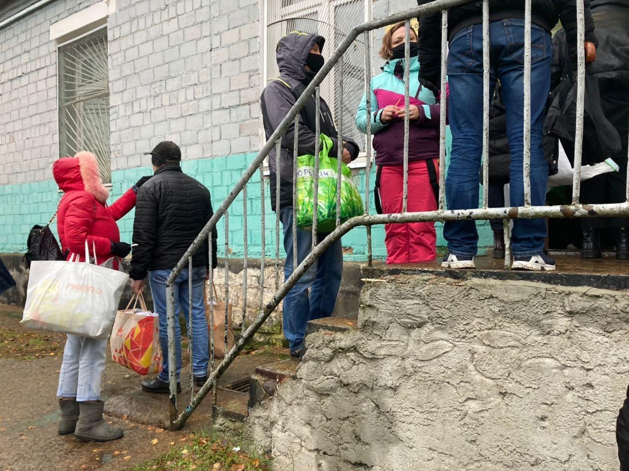 Очередь в комнату приема передач в СИЗО №6 г. Барановичи во вторник, 17 ноября. Фото: Ирина КОМИК