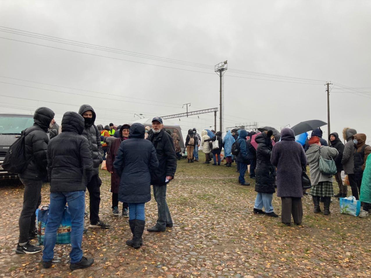 Люди, которые хотят передать передачу задержанным во время протестов, стоят в очереди во вторник, 17 ноября. Фото: Ирина КОМИК