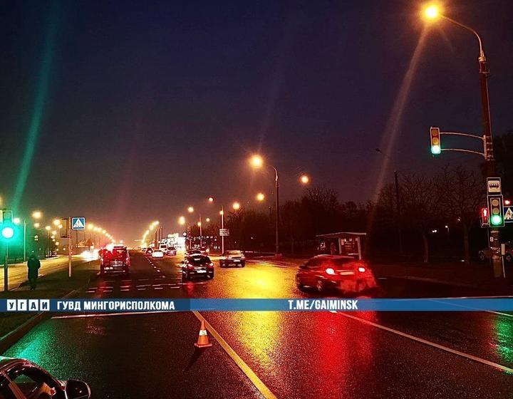 Машина ГАИ, которая сопровождала спецтехнику, сбила двоих пешеходов в Минске
