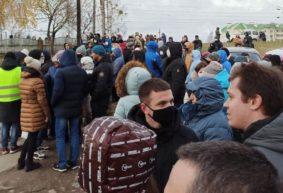 Много людей собралось у СИЗО в Барановичах. Сегодня должны выпустить больше сотни задержанных. Фотофакт