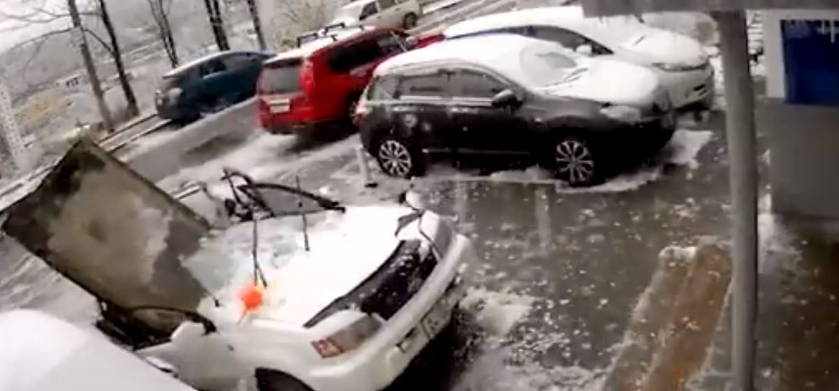 Отвалившаяся от 9-этажки плита уничтожила автомобиль во Владивостоке, хозяин чудом остался жив. Момент попал на камеру