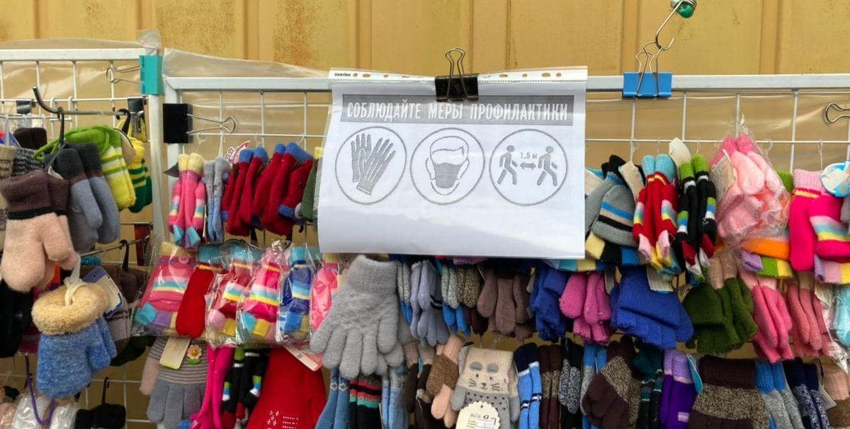 На некоторых торговых точках висят листки с напоминанием о дистанцировании. Фото: Ирина КОМИК
