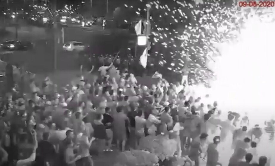 З'явілася ВІДЭА першых сутычак АМАПа і дэманстрантаў 9 жніўня: чалавек у цывільным кідае выбуховы пакет з-за спін сілавікоў
