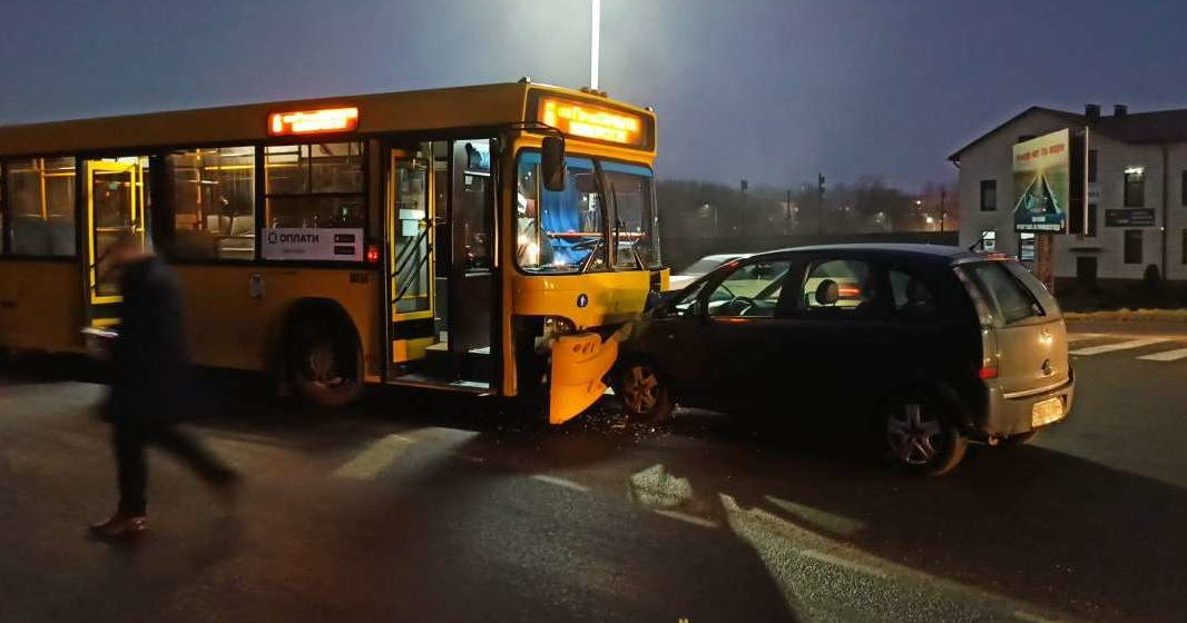 Автобус и легковой автомобиль «лоб в лоб» столкнулись в Барановичах. Фотофакт