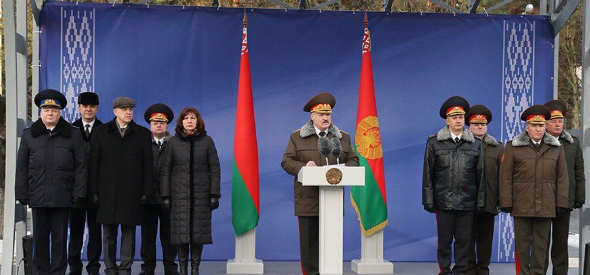 «Я не мог не приехать к вам». Лукашенко в форме главнокомандующего наградил силовиков