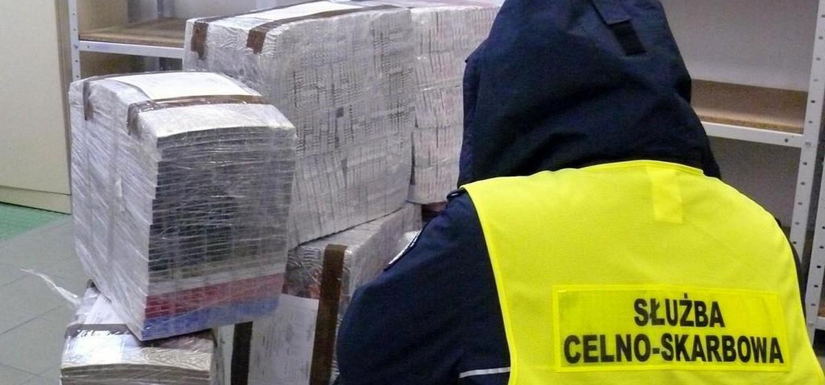 Контрабандные сигареты на $33 000 нашли в пустой фуре белоруса польские пограничники. Смотрите, где он их прятал