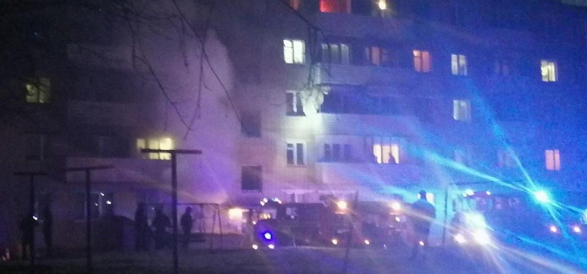 Мужчину спасли на пожаре в Барановичах, а из подъезда эвакуировали 15 человек. Видео