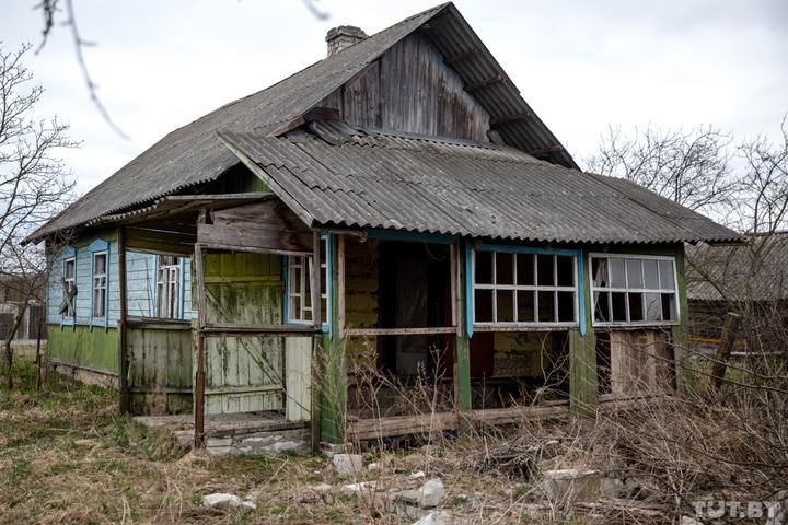 Дом, в котором произошло убийство, в апреле 2019 года. А в октябре в доме, где никто не живет, сгорела крыша. Как говорят местные, виновных в пожаре не нашли. Фото: Дарья Бурякина, TUT.BY