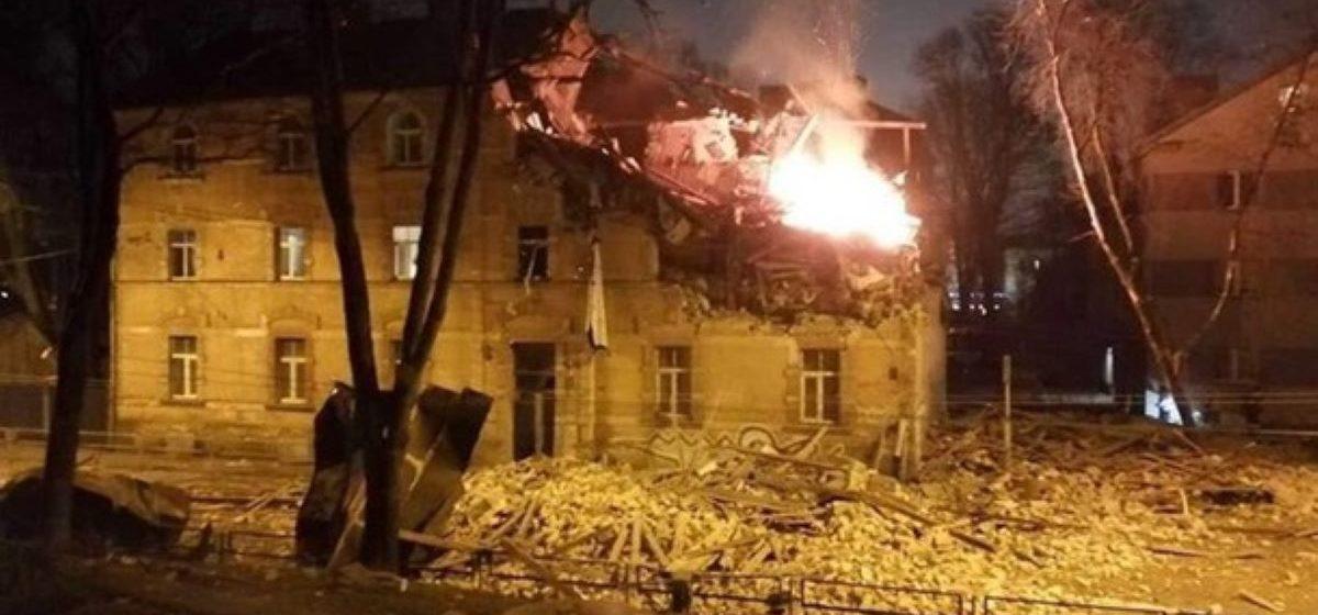 Мощный взрыв прогремел в жилом доме в Риге. Под завалами есть люди. Видеофакт
