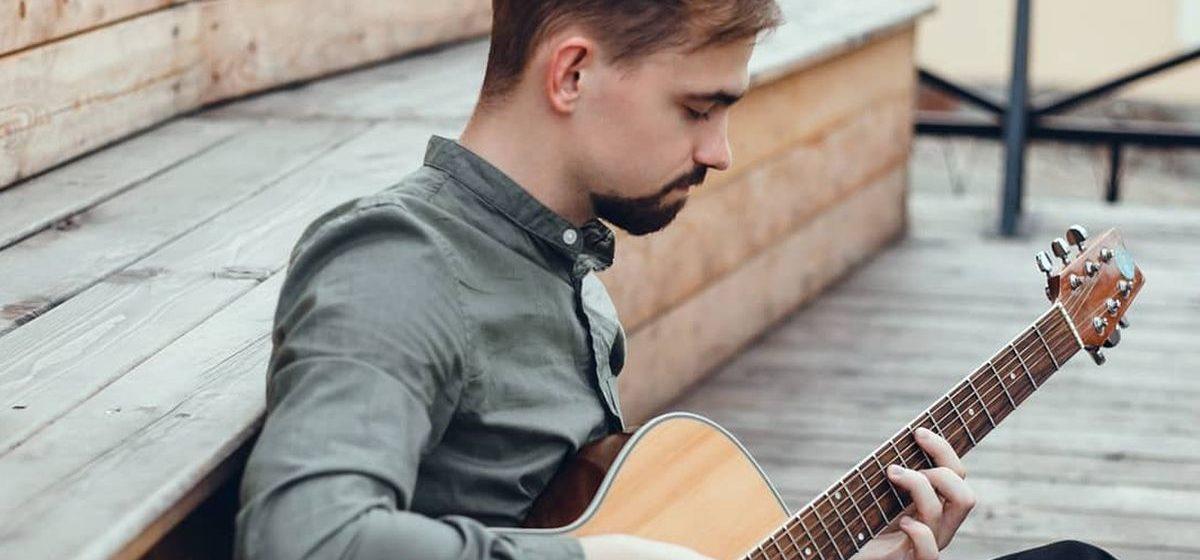 Песню, которую в детстве ненавидел, сыграл музыкант из Барановичей ради победы в международном конкурсе. Поддержите его!