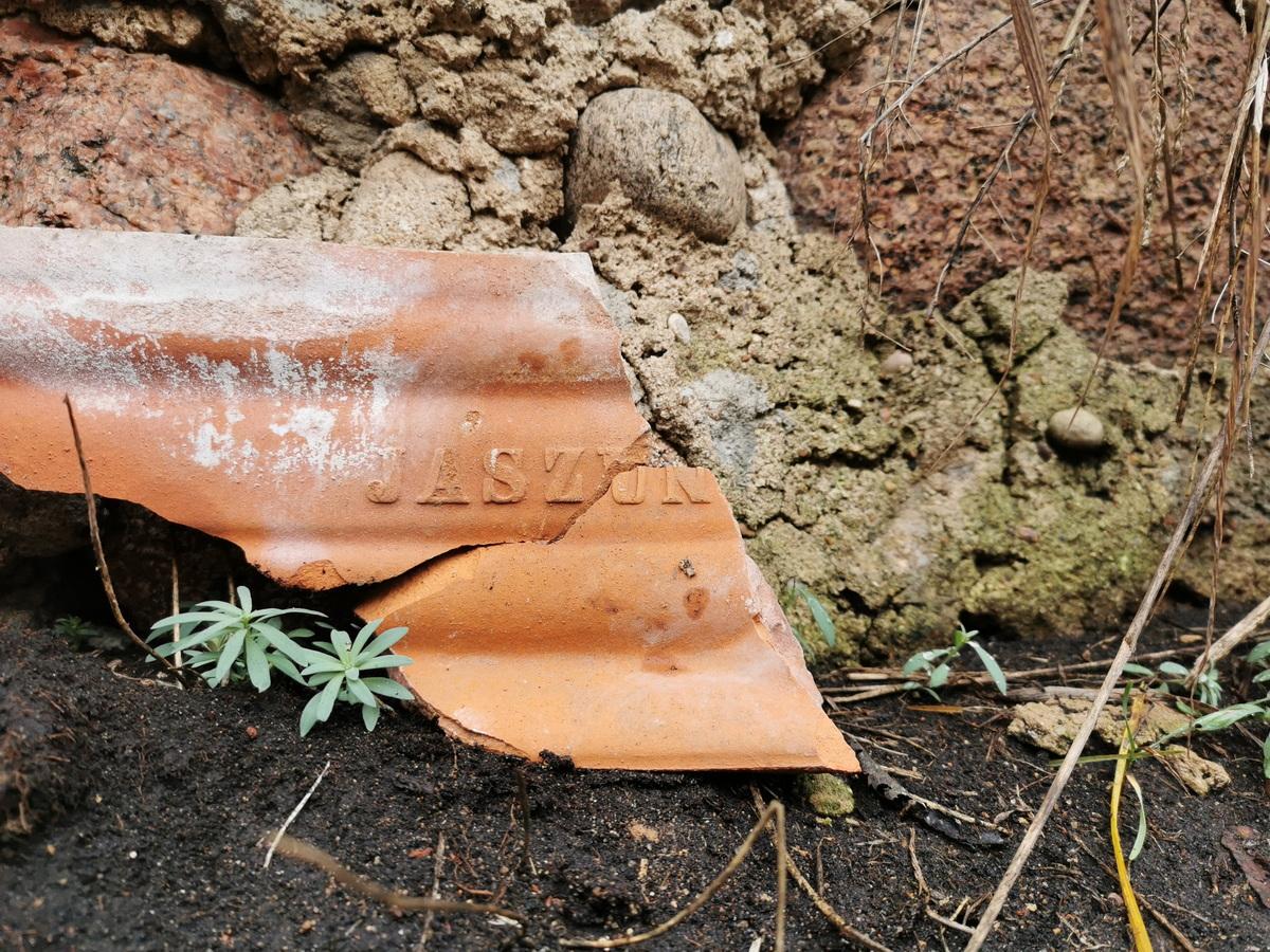Фрагмент черепицы с клеймом фабрики в Яшунах. Обнаружен в д. Верхнее Чернихово. Фото: Виктор БОРИСЕВИЧ