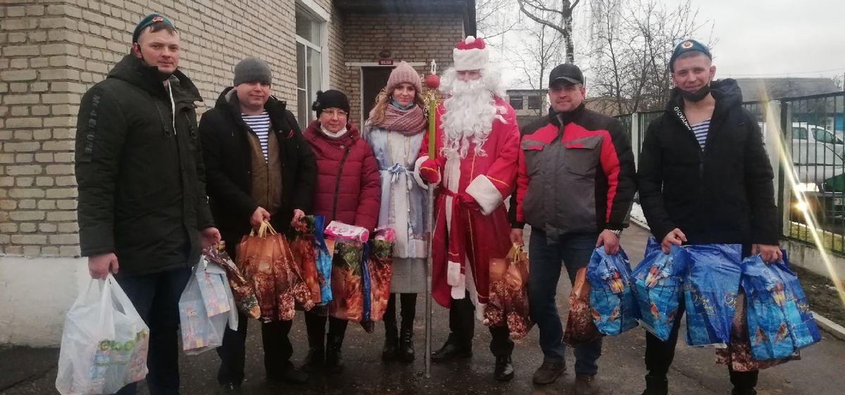 Десантники собрали подарки и поздравили детей из барановичского приюта