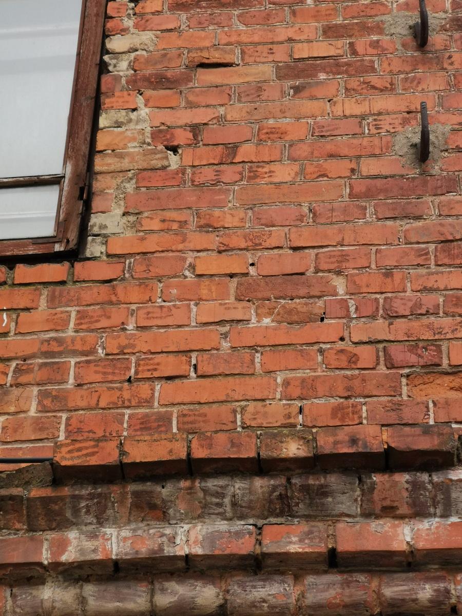 Кирпичи со следами пальцев рабочих в стене здания бывшего акцизного управления в Барановичах. Фото: Виктор БОРИСЕВИЧ