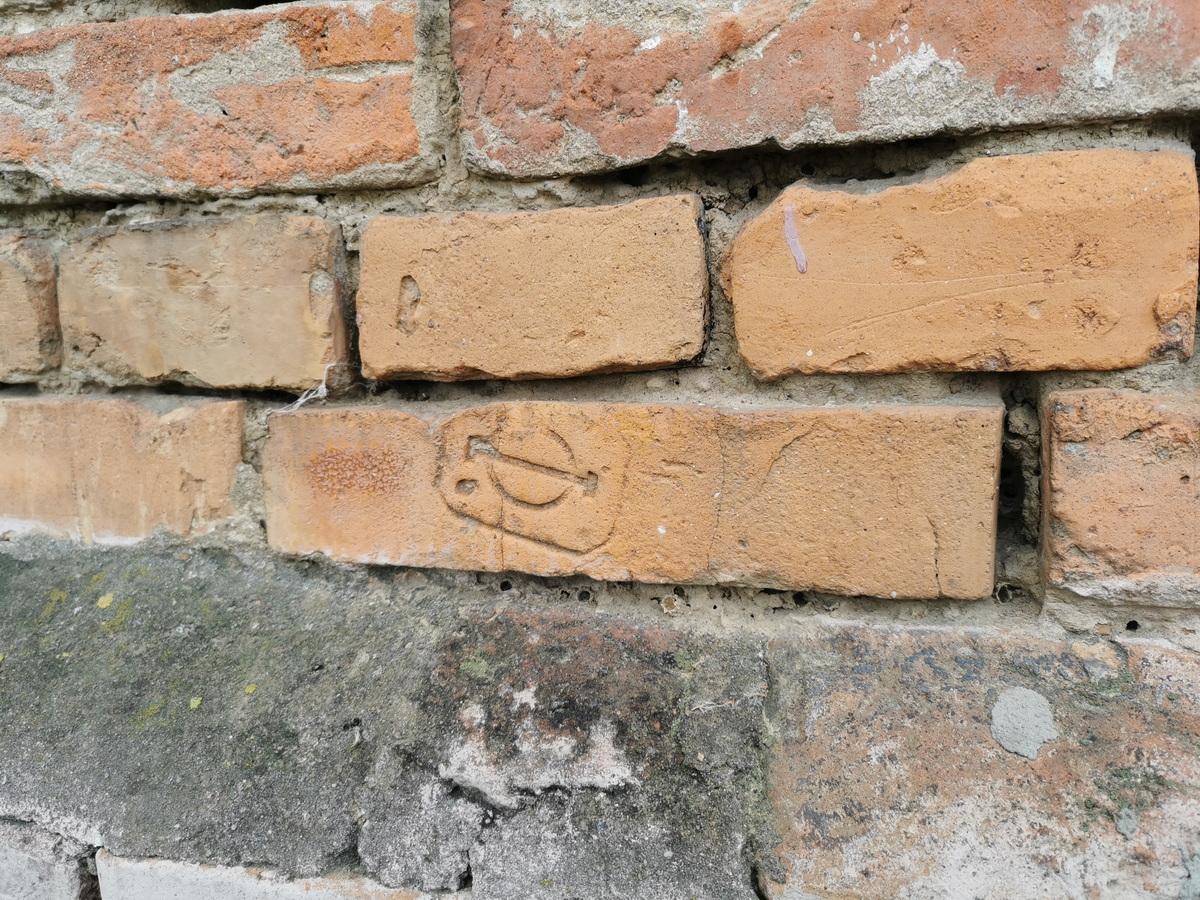 Клеймо на кирпиче в стене жилого дома на ул. Уборевича. Фото: Виктор БОРИСЕВИЧ