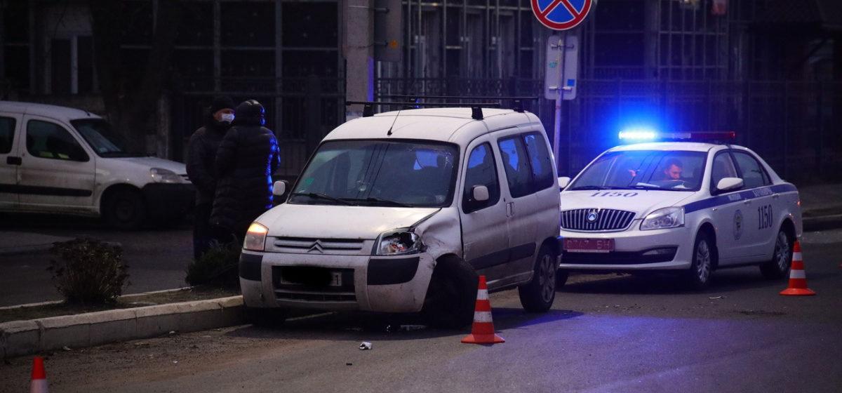 Машину «крутануло» на скользкой дороге в Барановичах, и она въехала в другой автомобиль