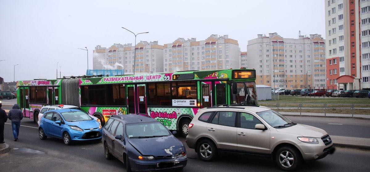 Четыре машины и автобус повреждены в двух ДТП в одном месте в Барановичах