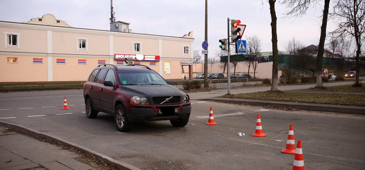 Автомобиль сбил женщину с ребенком в Барановичах. Их увезла «скорая»