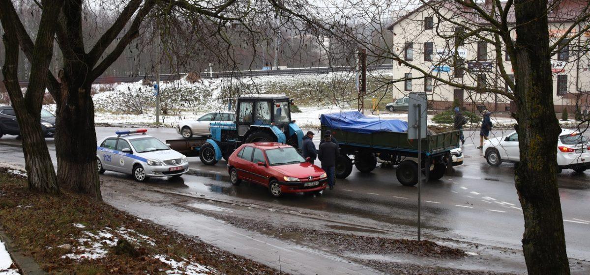Несчастливый перекресток. Трактор и «Пежо» столкнулись в Барановичах