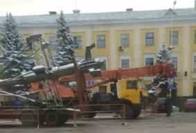 В Барановичах начинают устанавливать главную елку города. Фотофакт