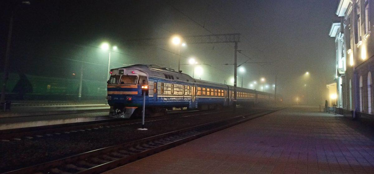 Женщина умерла в электричке Минск-Барановичи. Тело обнаружили контролеры
