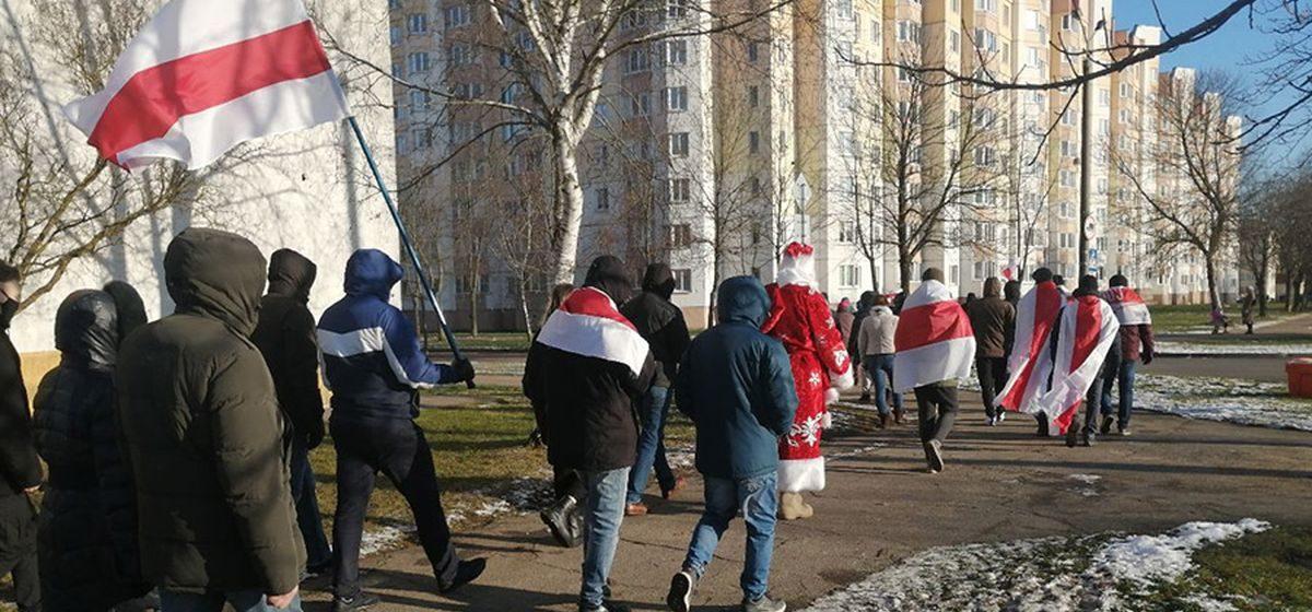Даже Деды Морозы вышли. Как проходит Марш воли в Минске. Онлайн