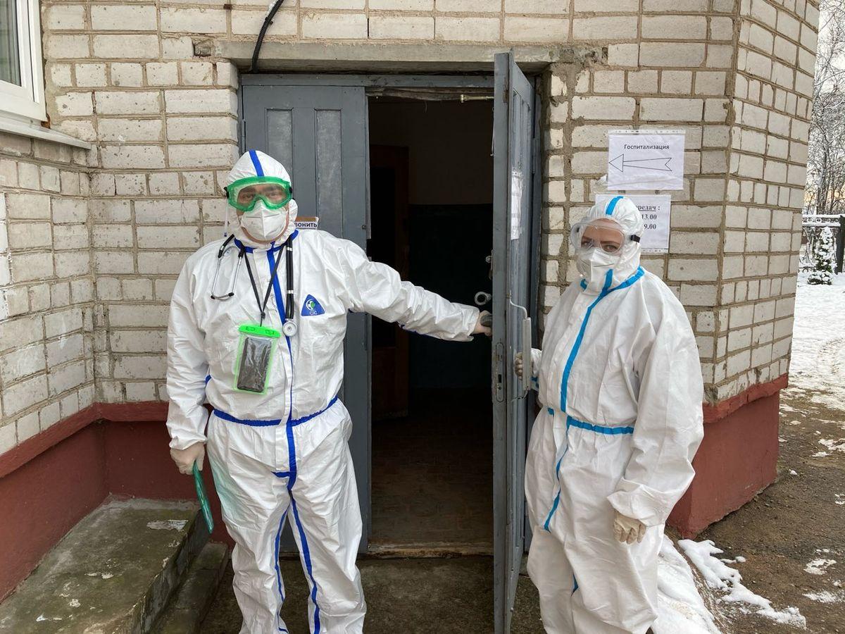 Седьмая бригада скорой помощи, в которой работают два фельдшера: Михаил Четырбок и Елена Брезина. Фото: Диана КОСЯКИНА