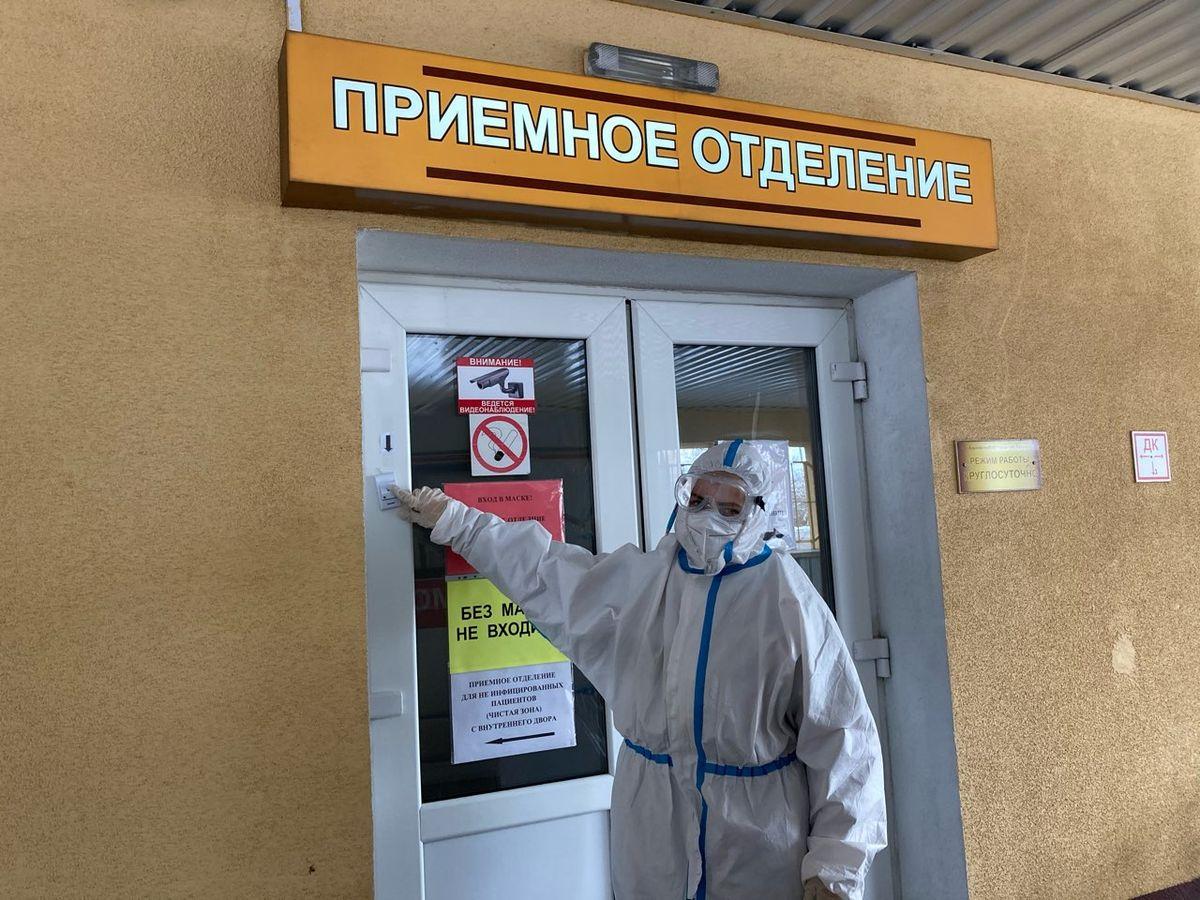 Фельдшер скорой помощи Елена Брезина звонит в приемное отделение для входа внутрь. Фото: Диана КОСЯКИНА
