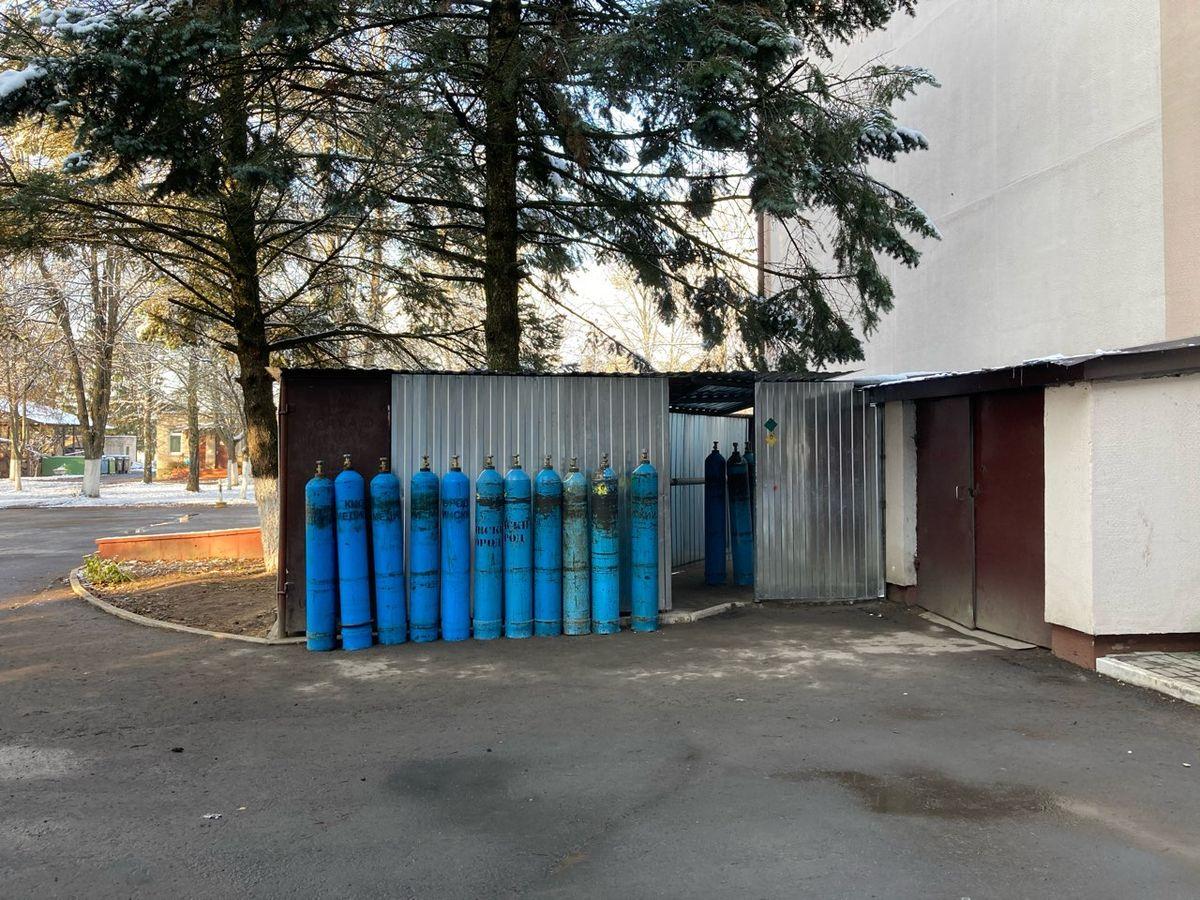 При входе в больницу стоит большое количество кислородных баллонов. Фото: Диана КОСЯКИНА
