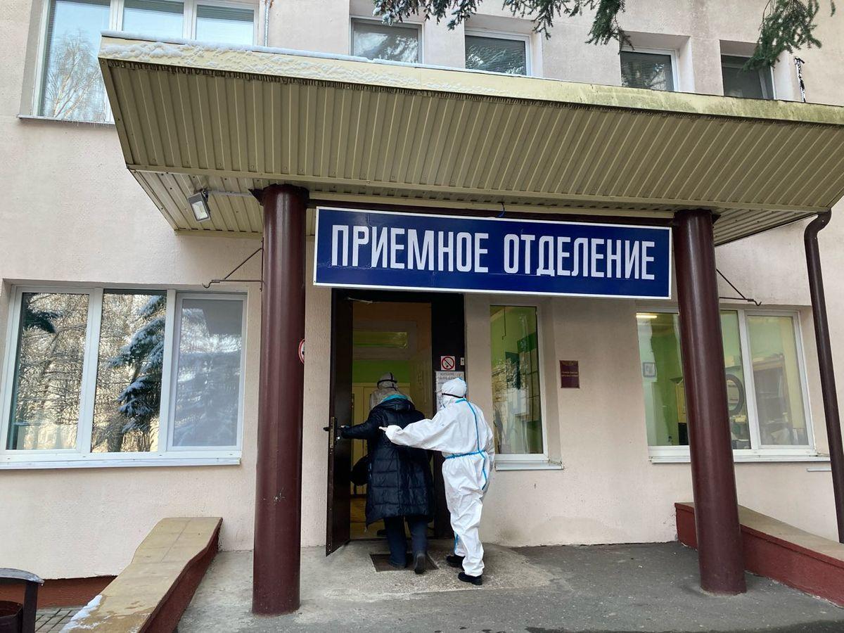 Фельдшеры сопровождают пациентку в приемное отделение больницы. Фото: Диана КОСЯКИНА