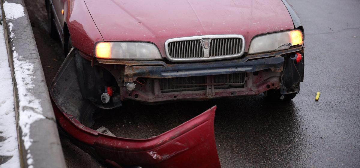 «МАЗ» и «Ровер» столкнулись в Барановичах. У одного автомобиля оторвался бампер