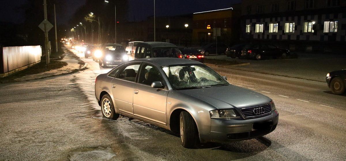 У «Ауди» оторвалось колесо после наезда на люк в Барановичах