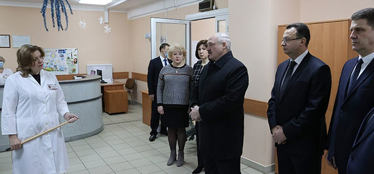 """""""Есть проблемы в зоне промышленности – я туда. Надо что-то продать – я за границу"""". Лукашенко пояснил, почему посещает больницы с коронавирусными пациентами"""