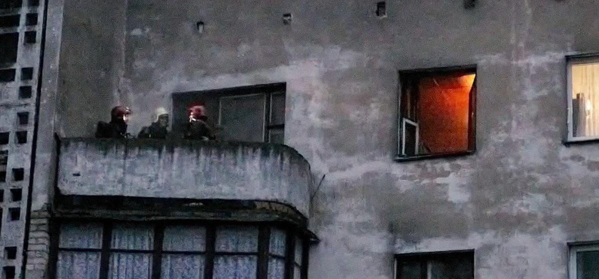 Матрас загорелся в квартире на пятом этаже в Барановичах. Двоих мужчин увезла скорая