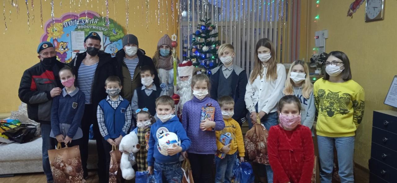 28 декабря военнослужащие ВДВ поздравили барановичских ребят с новогодними праздниками. Фото: участники акции