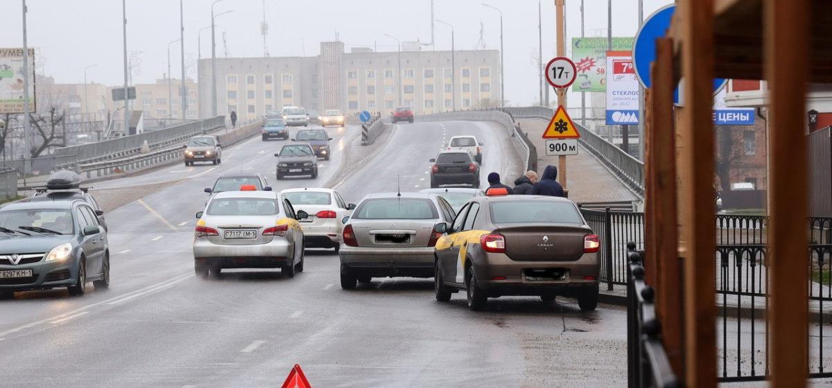 Автомобиль такси при въезде на мост не пропустил «Ситроен» в Барановичах