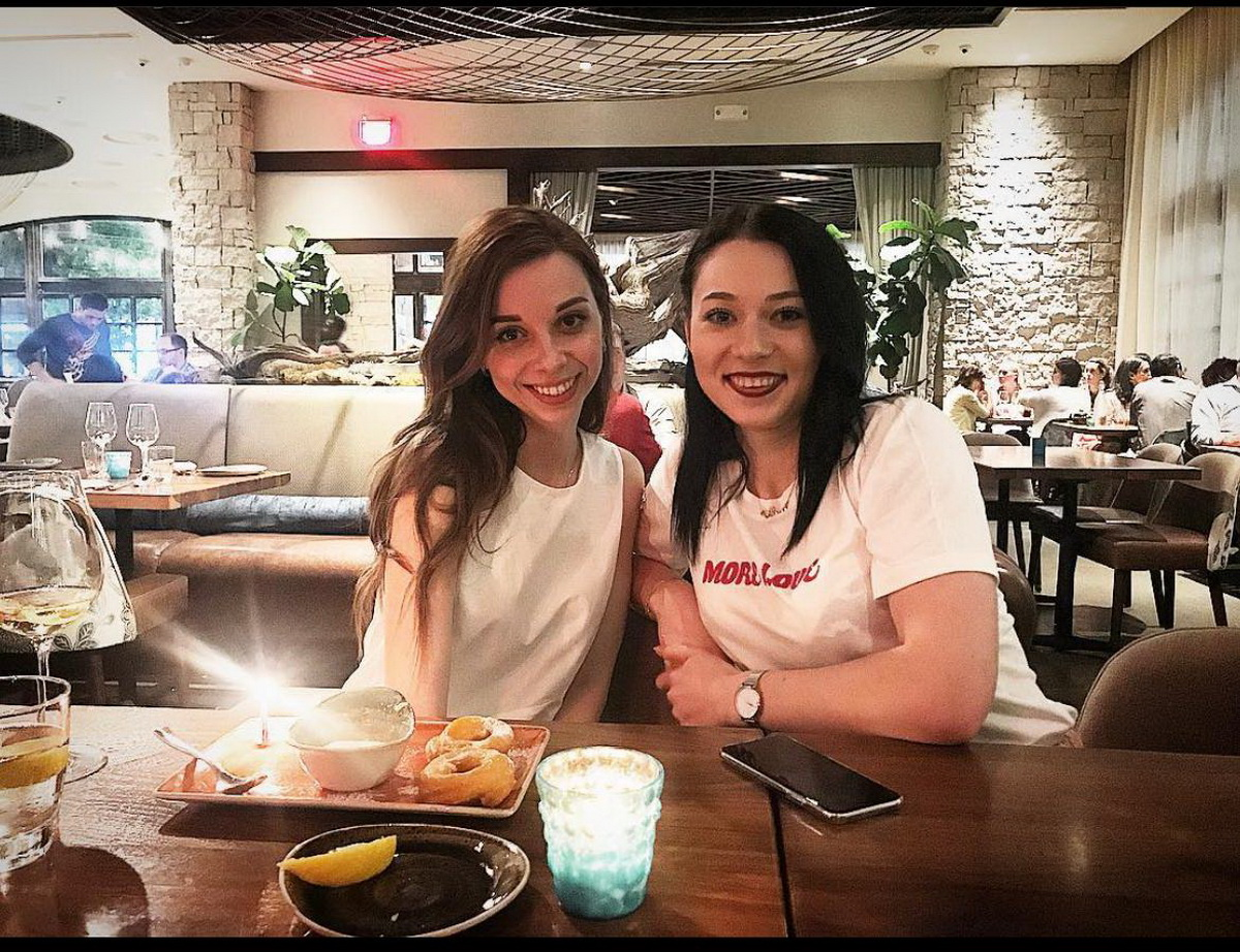 Александра (справа) в ресторане с подругой Светланой, которая из Сочи переехала в США. Фото: архив Александры КУХАРЕНКО