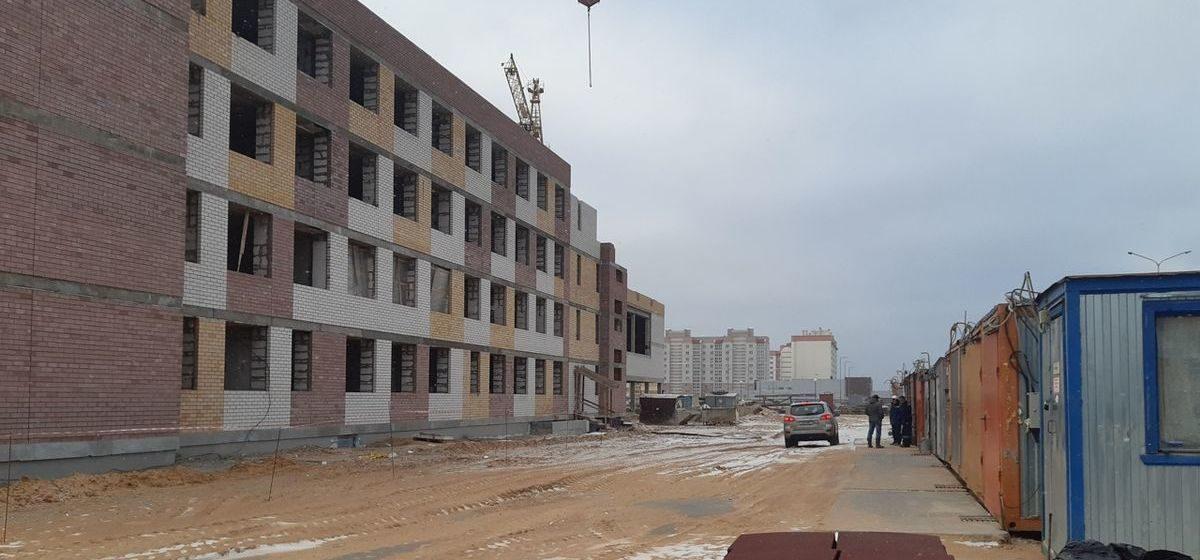 «Неужели нужно остановить стройку, чтобы с нами рассчитались?». Что происходит на стройплощадке новой школы в Барановичах?