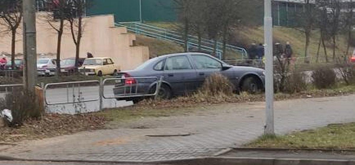 Машина вылетела на обочину рядом с автобусной остановкой в Барановичах. Фотофакт