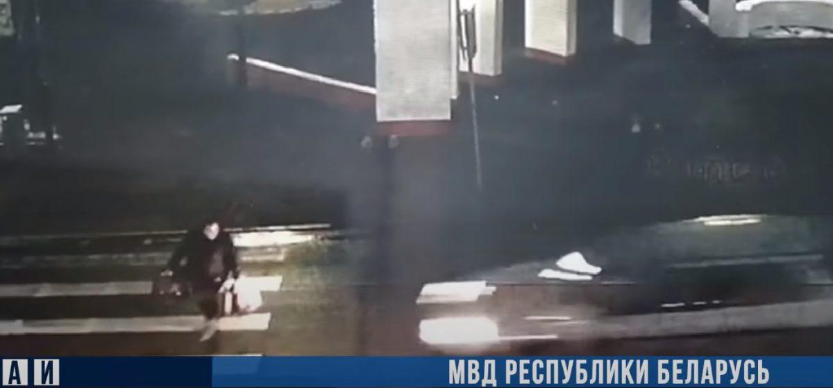 Легковушка буквально снесла женщину на пешеходном переходе в Вилейке. Видео 18+