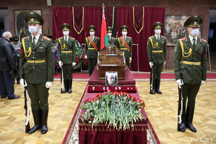 В Минске прощаются с первым премьер-министром независимой Беларуси Вячеславом Кебичем. Лукашенко прислал венок