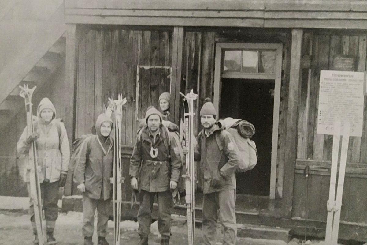 Новый год на горе Драгобрат. Владимир Книга первый справа. Фото: архив Владимира КНИГИ