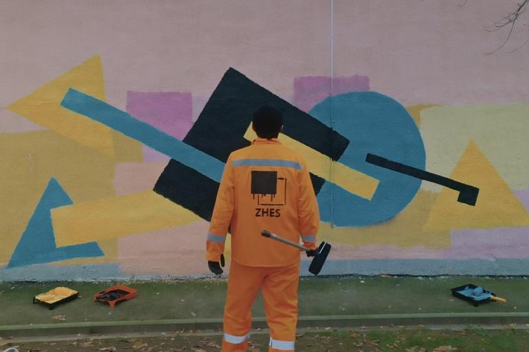 Появился клип о белорусском коммунальщике, который закрашивал граффити на стенах