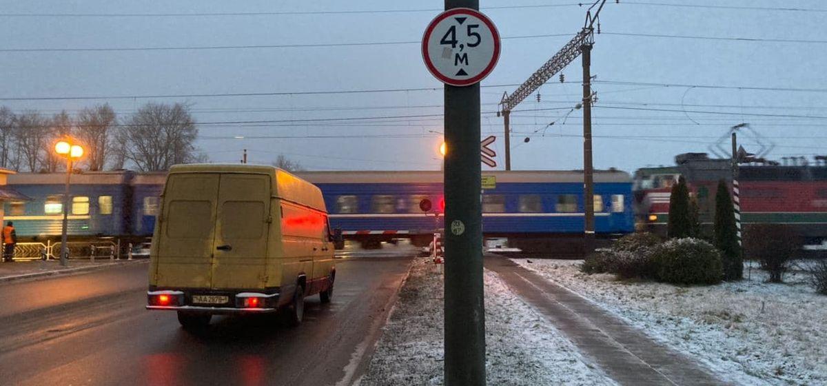Железнодорожный переезд на улице Кирова утром. Фото: Ирина КОМИК